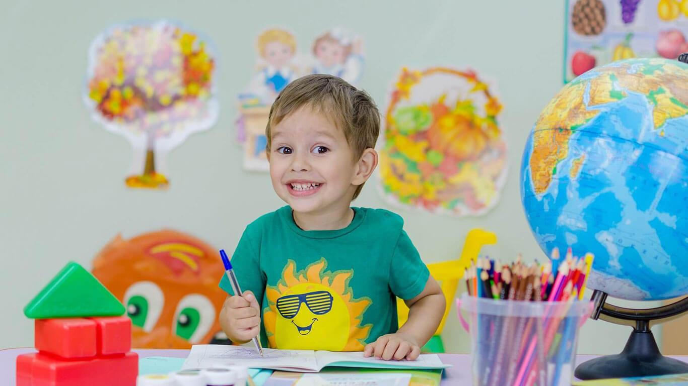 Menininho estudando feliz